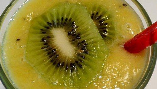 Smoothie kiwi-orange-mangue